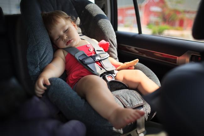 チャイルドシートで眠っている赤ちゃん