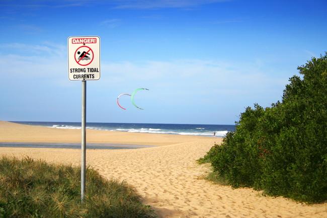 ビーチにある遊泳禁止の看板
