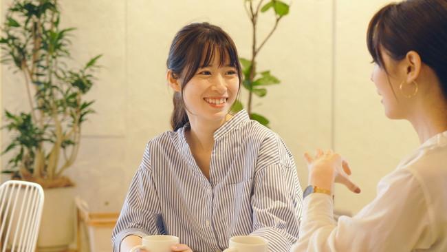 カフェで友人とお茶をしている女性