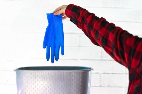 手袋を捨てる