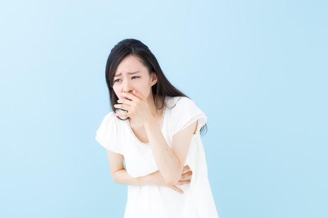 お腹が痛く具合が悪い女性