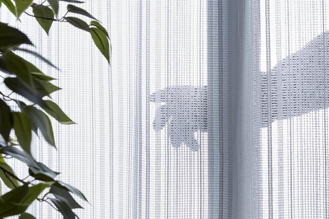 窓から人が侵入するイメージ