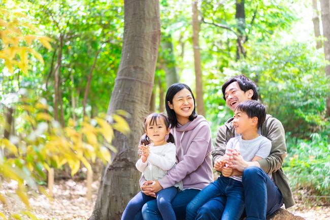 山でハイキングを楽しむ幸せな家族