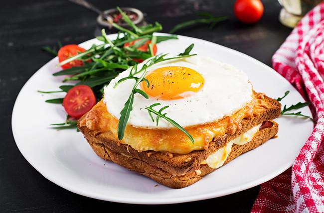 卵ののったクロックムッシュ