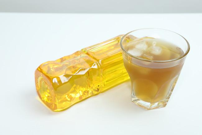 ペットボトルのお茶とグラスに注いだお茶