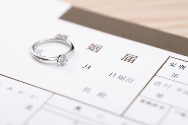 婚約指輪と婚姻届