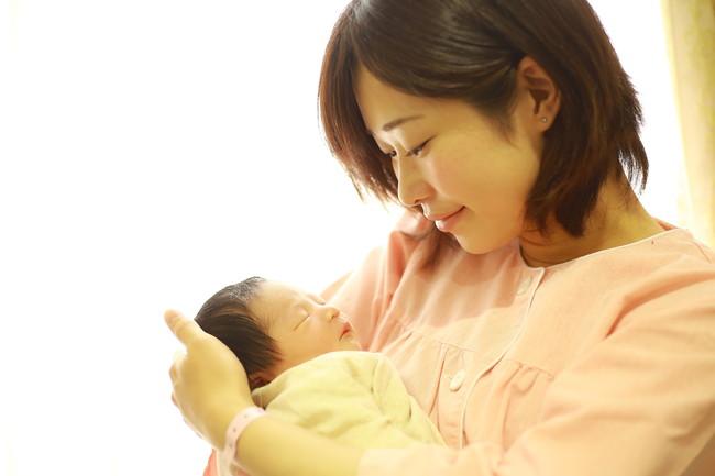 眠る新生児と母親