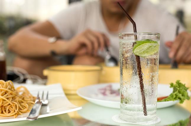 食事の際の炭酸水