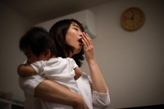 夜泣きの子どもを抱っこする母親