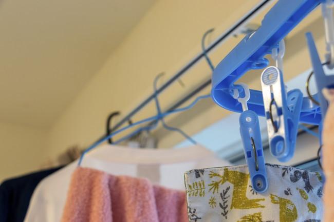 カーテンレールに洗濯物を吊るす