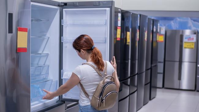 冷蔵庫を購入する女性