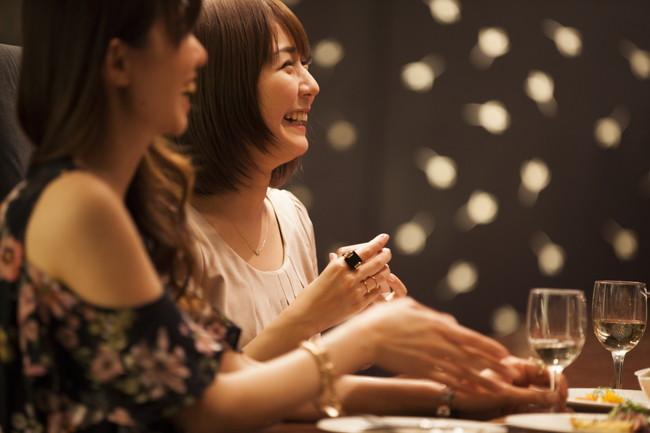 笑顔でディナーを楽しむ女子たち