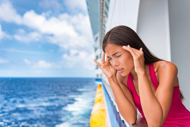 船酔いしている女性