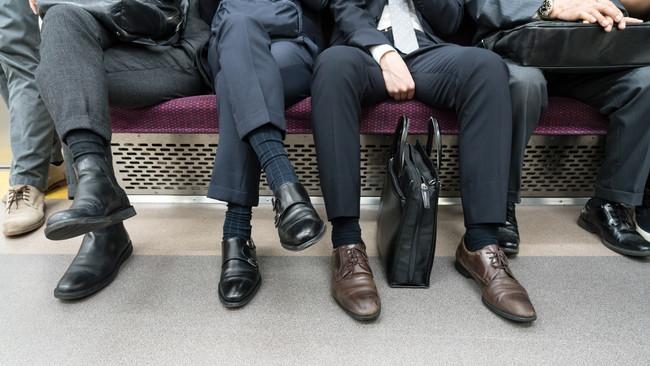 電車内のビジネスマンの足