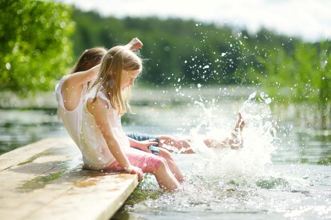 水遊びしている少女たち