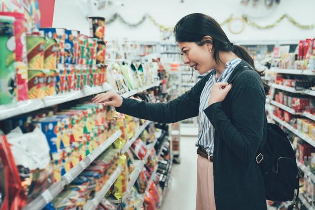 コンビニで商品を選ぶ女性