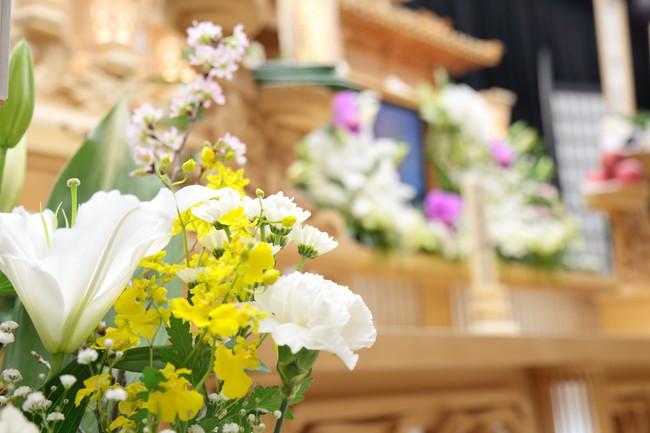 葬儀の祭壇と花
