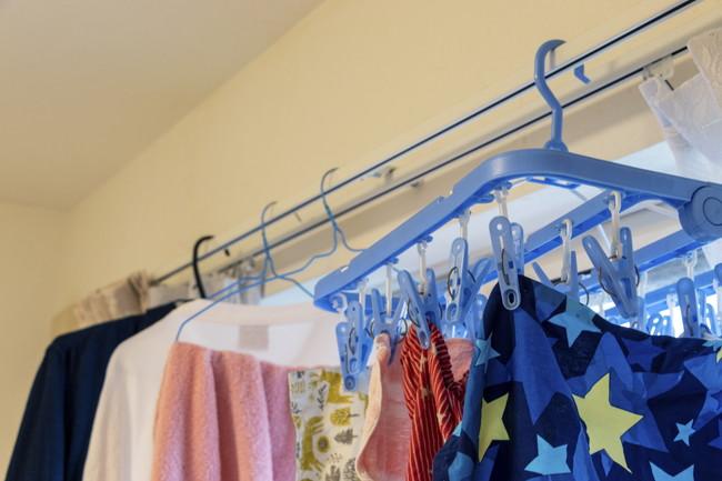 カーテンレールに掛けられた洗濯物