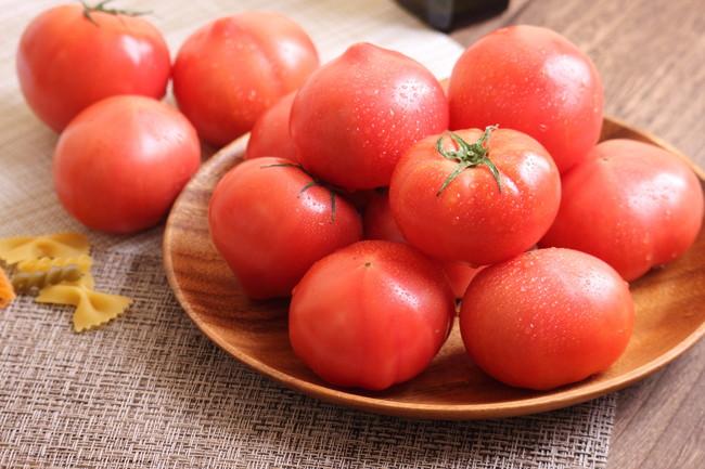皿に乗った新鮮なトマト