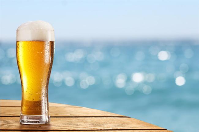海とグラスに入ったビール