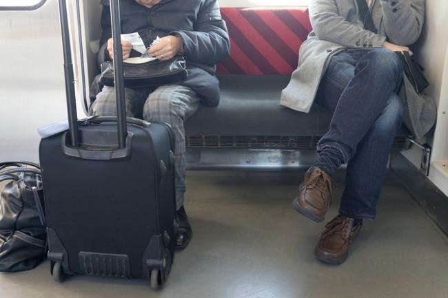 電車内のスーツケースと大きな手荷物