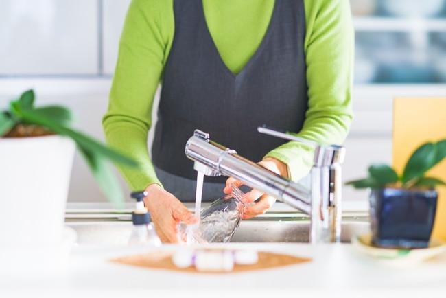 食器洗いをしている女性