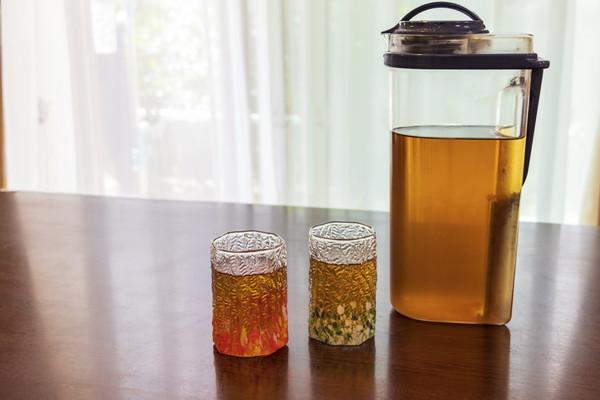 テーブルの上、ボトルとグラス2つに入った麦茶