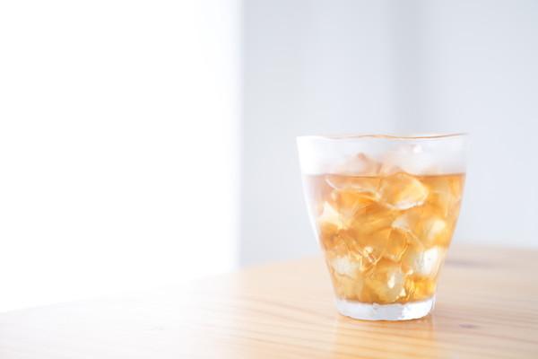 グラスに氷と麦茶