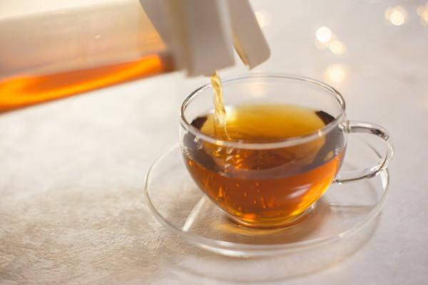 ボトルのお茶をカップに注ぐ