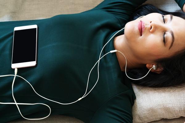 イヤホンをして寝ている女性