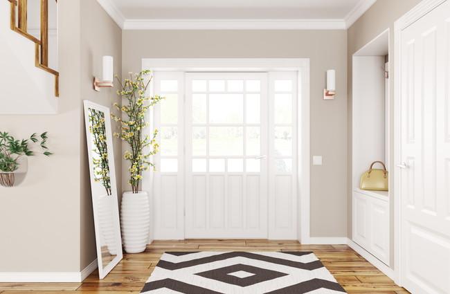 白い大きいドアのある玄関