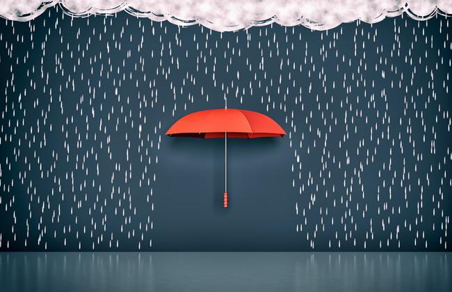 雨の中傘をさす様子