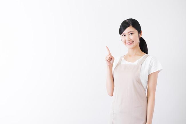 人差し指を立てる主婦