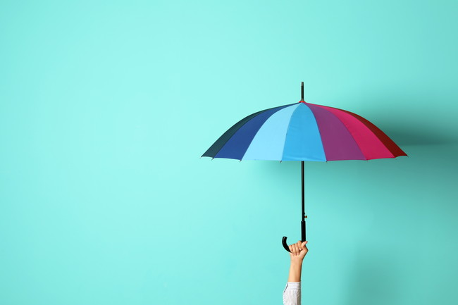 傘をさす様子
