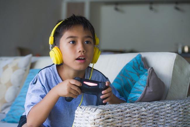 テレビゲームを楽しむ子ども