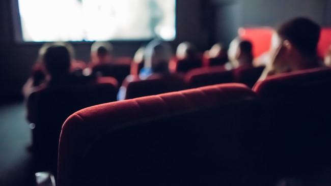 映画鑑賞する人々