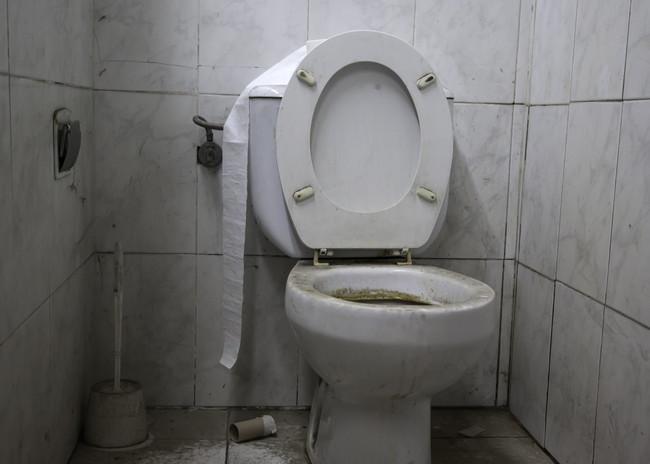 暗いトイレ