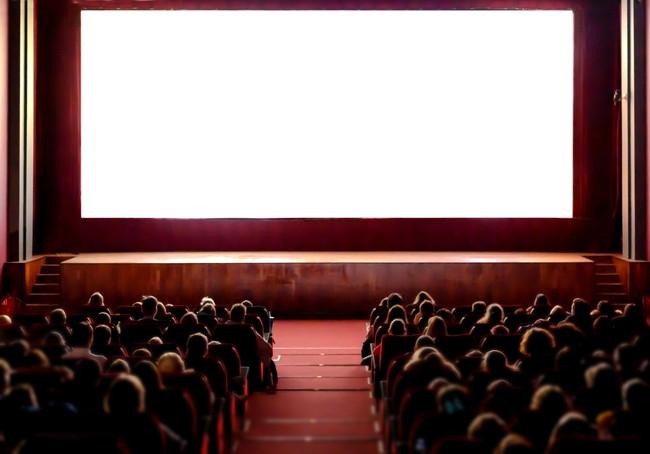 映画を鑑賞する人々