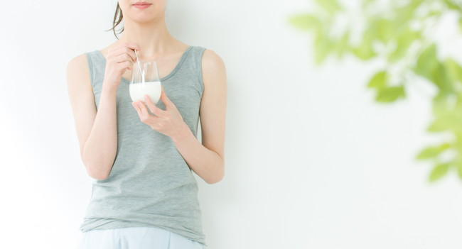 ヨーグルトを食べようとする女性