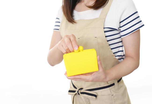 財布を閉める主婦