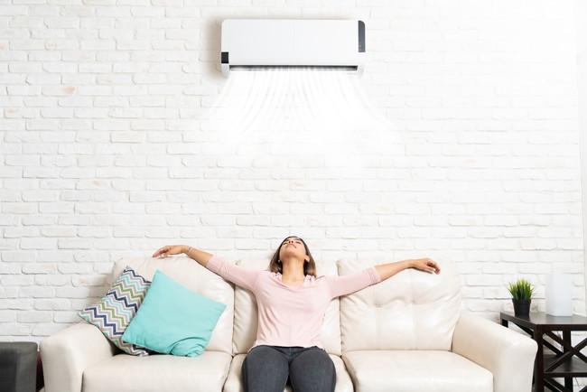 エアコンを使う女性