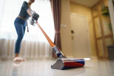 ハンディ掃除機をかける女性