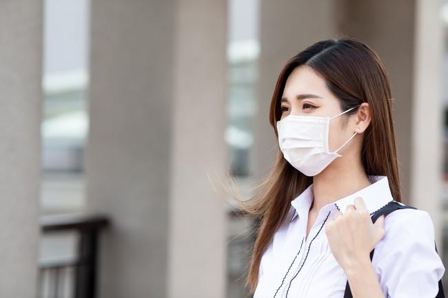 マスク出勤する女性