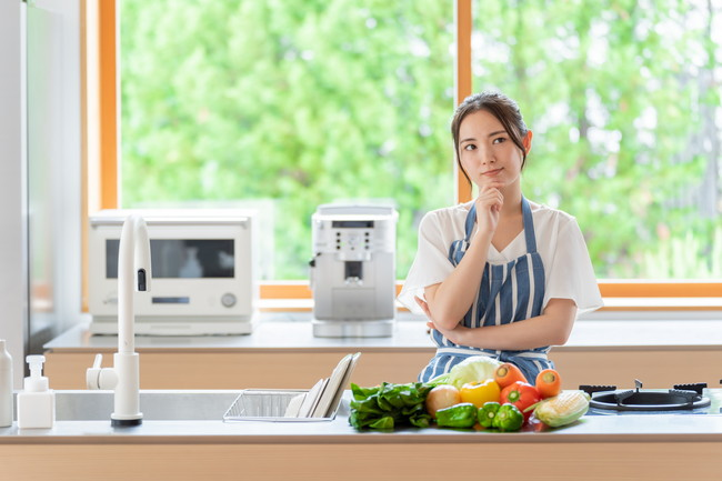 キッチンで考える女性