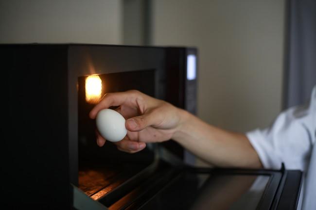 レンジで卵を調理しようとする様子