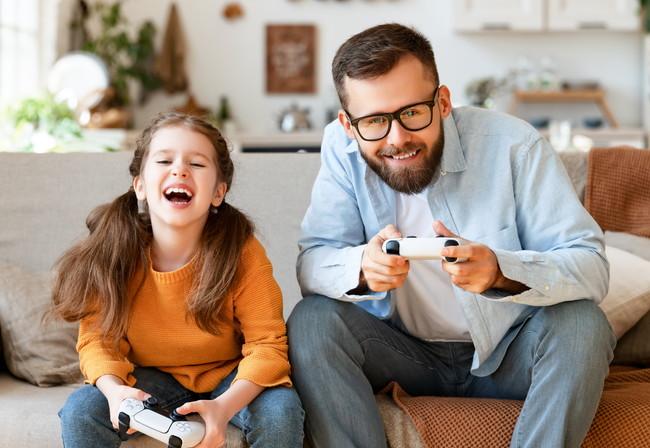 親子でゲームを楽しむ様子
