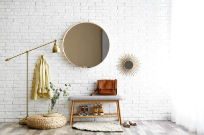 丸い鏡のある玄関