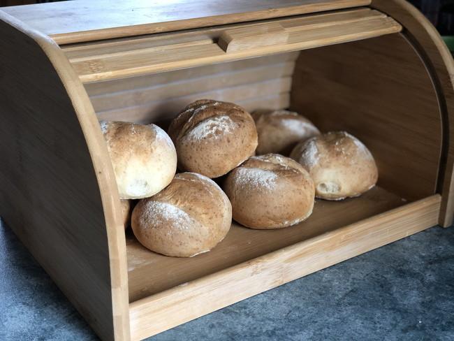 ブレッドボックスの中の丸いパン