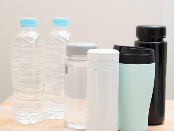 水筒4つとペットボトルの水2本