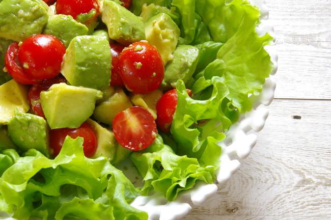 レタスとアボカドとトマトのサラダ